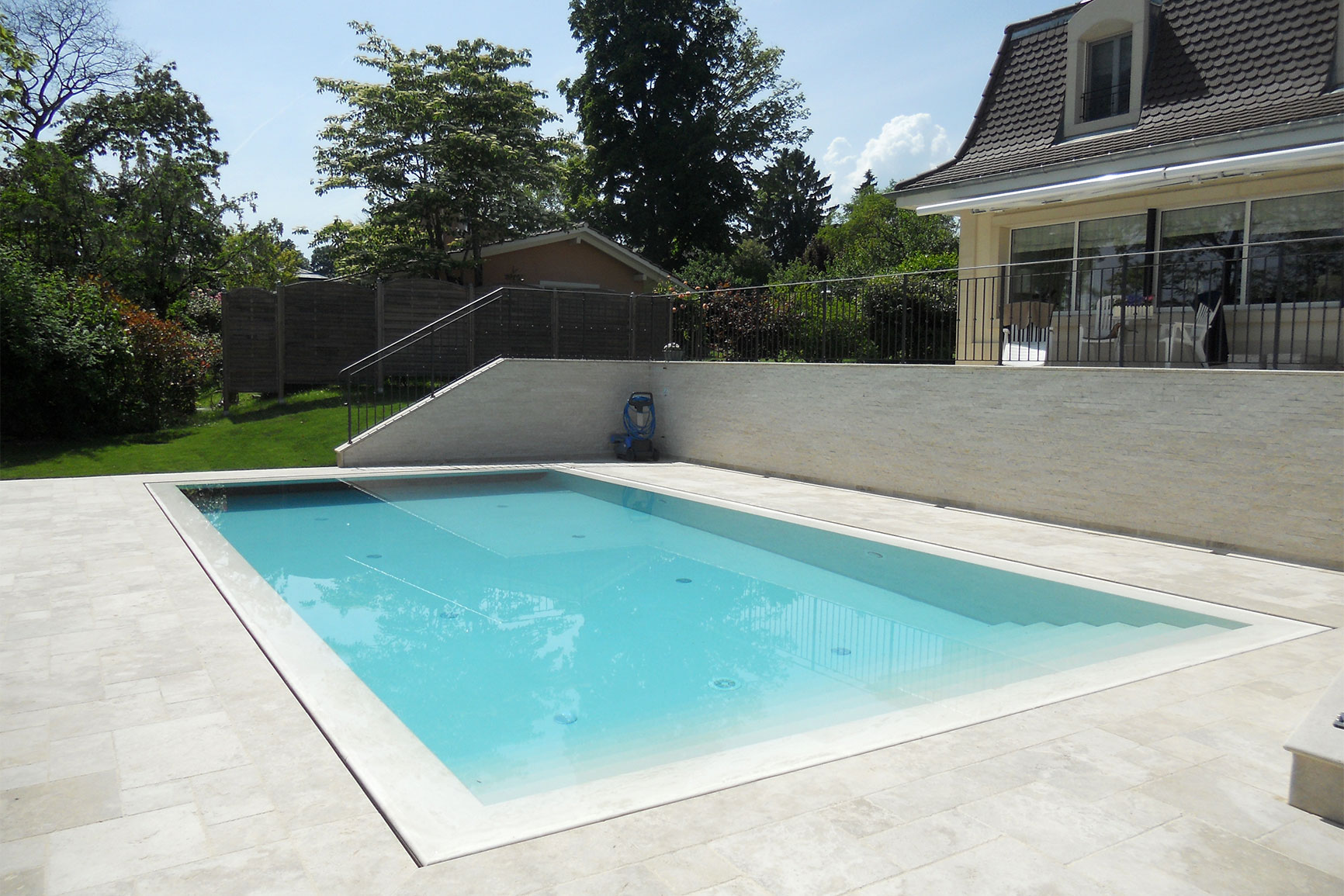 Piscine carrelage et d bordement couverture grando for Piscine miroir d eau