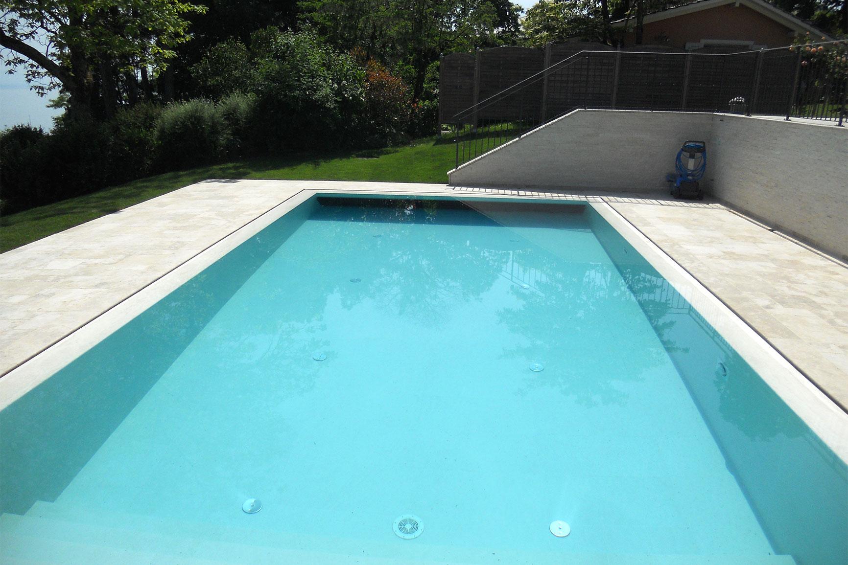 Piscine carrelage et d bordement couverture grando for Chavannes piscine