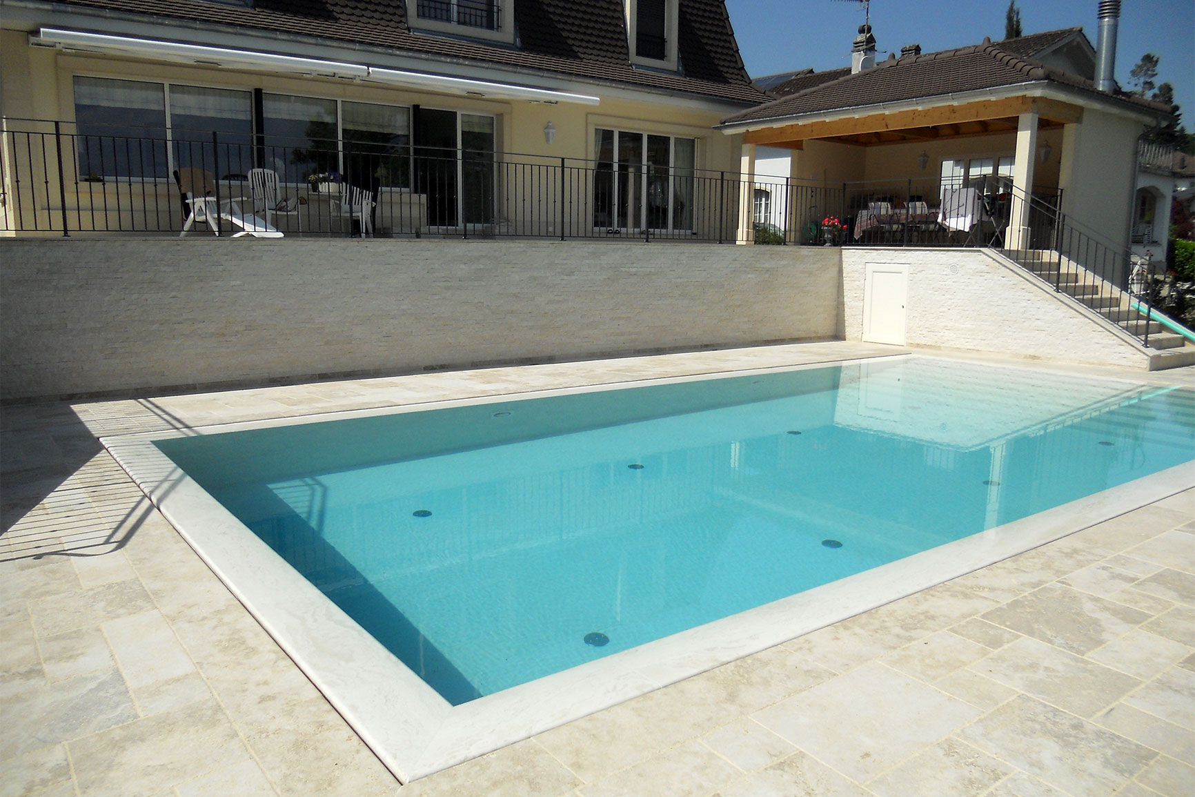 Piscine carrelage et d bordement couverture grando for Piscine miroir fond mobile