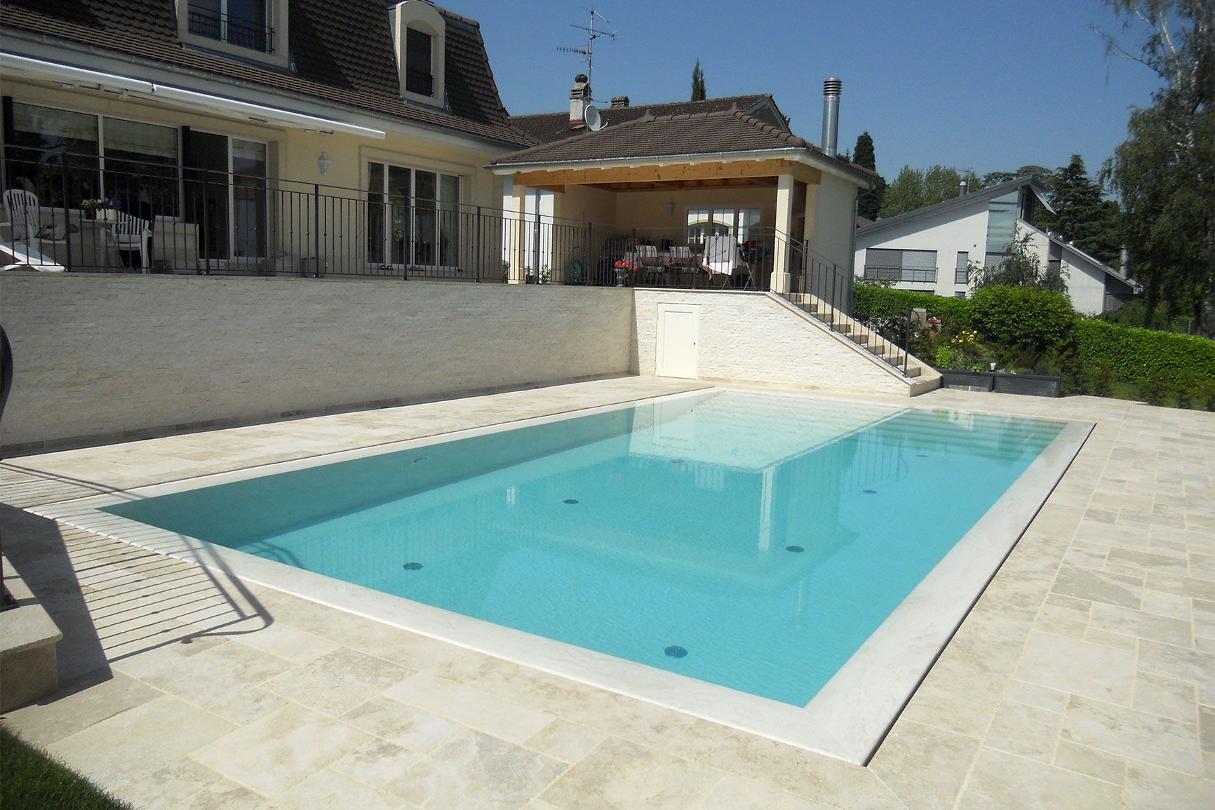 Piscine carrelage et d bordement couverture grando for Refoulement piscine miroir